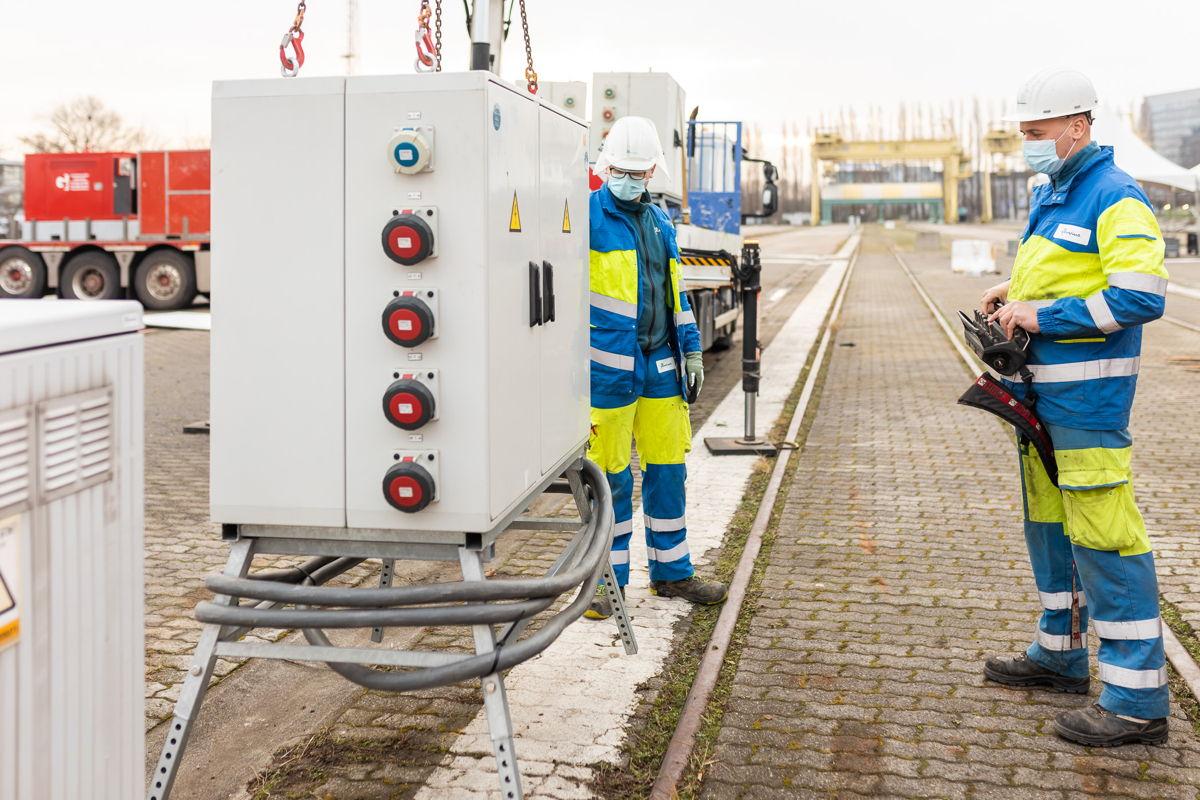Vier mobiele verdeelkasten voorzien het hele vaccinatie- centrum op Park Spoor Oost in Antwerpen van energie.