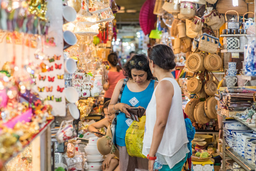 Туристы рассказали про самые дешевые покупки в своих путешествиях