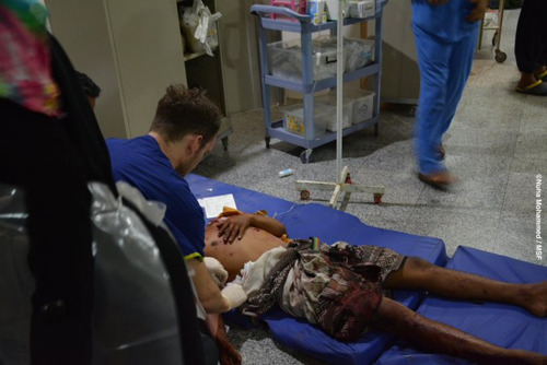 Ziekenhuis van Artsen Zonder Grenzen in Aden overweldigd door de massale instroom van gewonden na hevige gevechten in de stad.