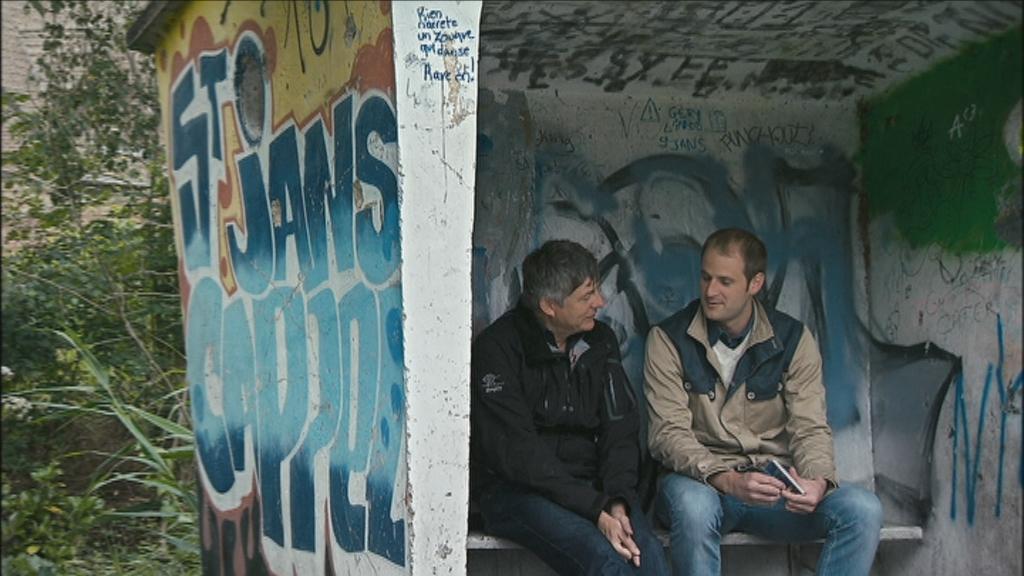 300 jaar grens - Kamagurka praat met de Frans-Vlaamse burgemeester-punkdichter César Storet - (c) VRT - Pretpraters