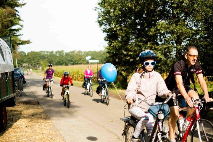 Aan de hand van het fietsknooppuntennetwerk gaan we op zoek naar het brongebied van de Ijse. We fietsen door een deel van het Zoniënwoud en bestrijken zowat het volledige brongebied van de Ijse. Afhankelijk van de afstand draaien we langsheen de parken van Tervuren richting Huldenberg om met zicht op de schitterende Ijse-vallei terug te keren richting Overijse. Je kan kiezen tussen een tocht van 31 km, 41 km of 59 km. Voor wie zich inschrijft, voorzien we een hapje en een drankje onderweg. Platte band of ketting eraf? Speciaal voor deze dag voorzien we een depannagedienst, die jou en je fiets terugbrengt naar het Stationsplein in Overijse.