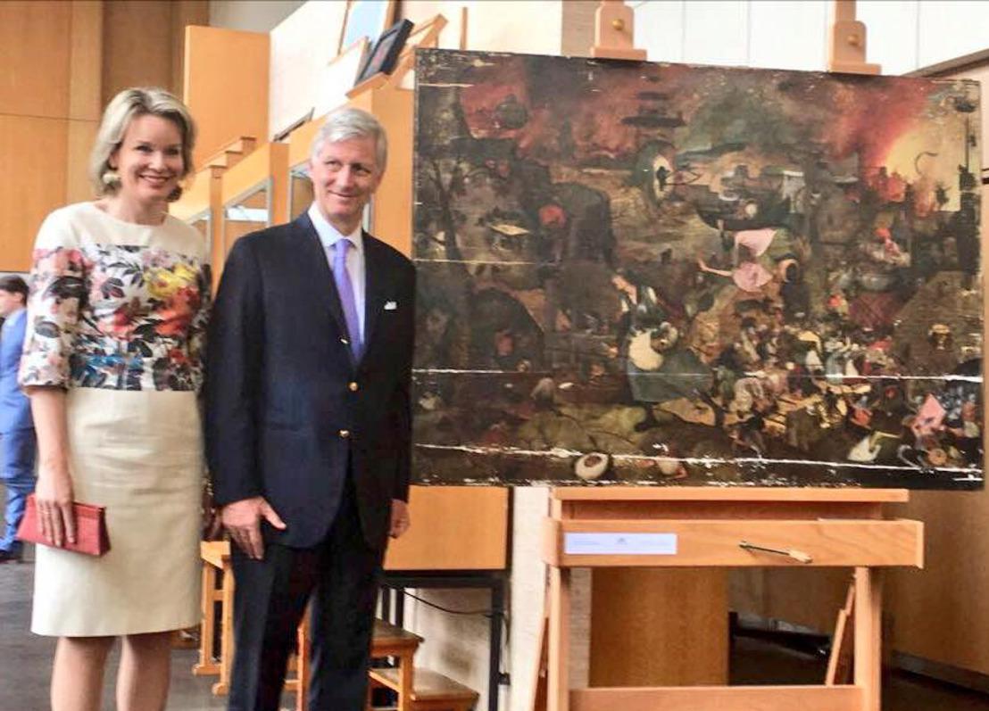 Hoog bezoek in restauratieatelier van Koninklijk Instituut voor het Kunstpatrimonium (KIK) voor Dulle Griet uit Museum Mayer van den Bergh