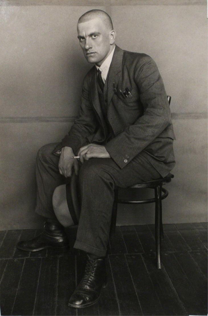 Majakovski/oktober(c)poet vladimir mayakovsky(On the chair) - Aleksandr Rodchenko
