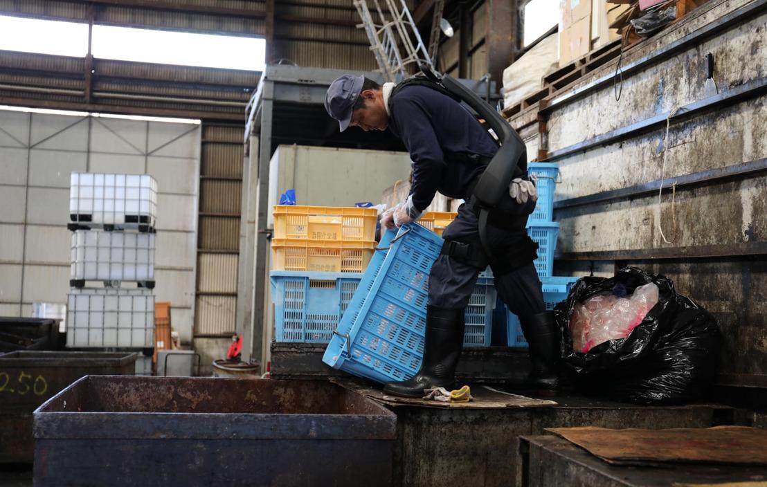 Panasonic y ATOUN desarrollan exoesqueleto que facilita el trabajo físico de obreros en fábricas y almacenes