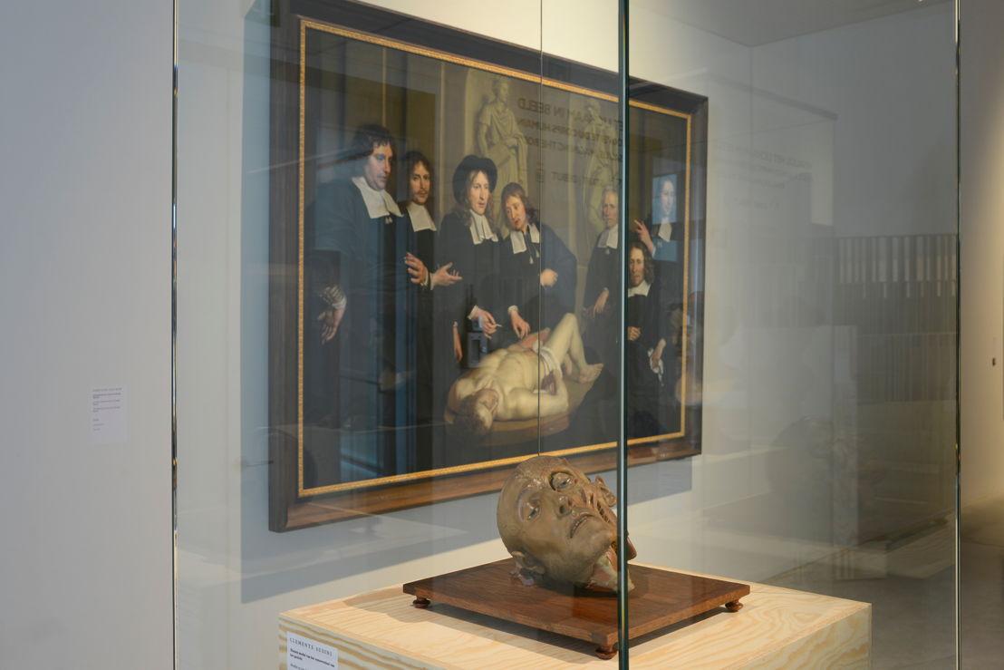 Wassen beeld van Clemente Susini en schilderij 'Anatomische les van dr. Frederik Ruysch' van 'Adriaen Backer (c) Isabelle Arthuis