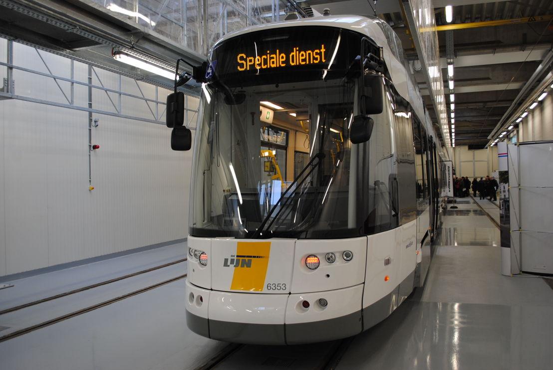 De supertram (43 m) in de stelplaats in Gentbrugge. Foto: De Lijn.
