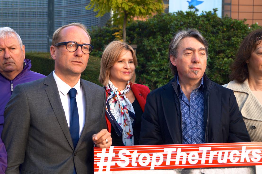 Ben Weyts en Michel Vandenbosch overhandigen 1 069 715 handtekeningen aan de Europese Commissie voor verbod op verre veetransporten