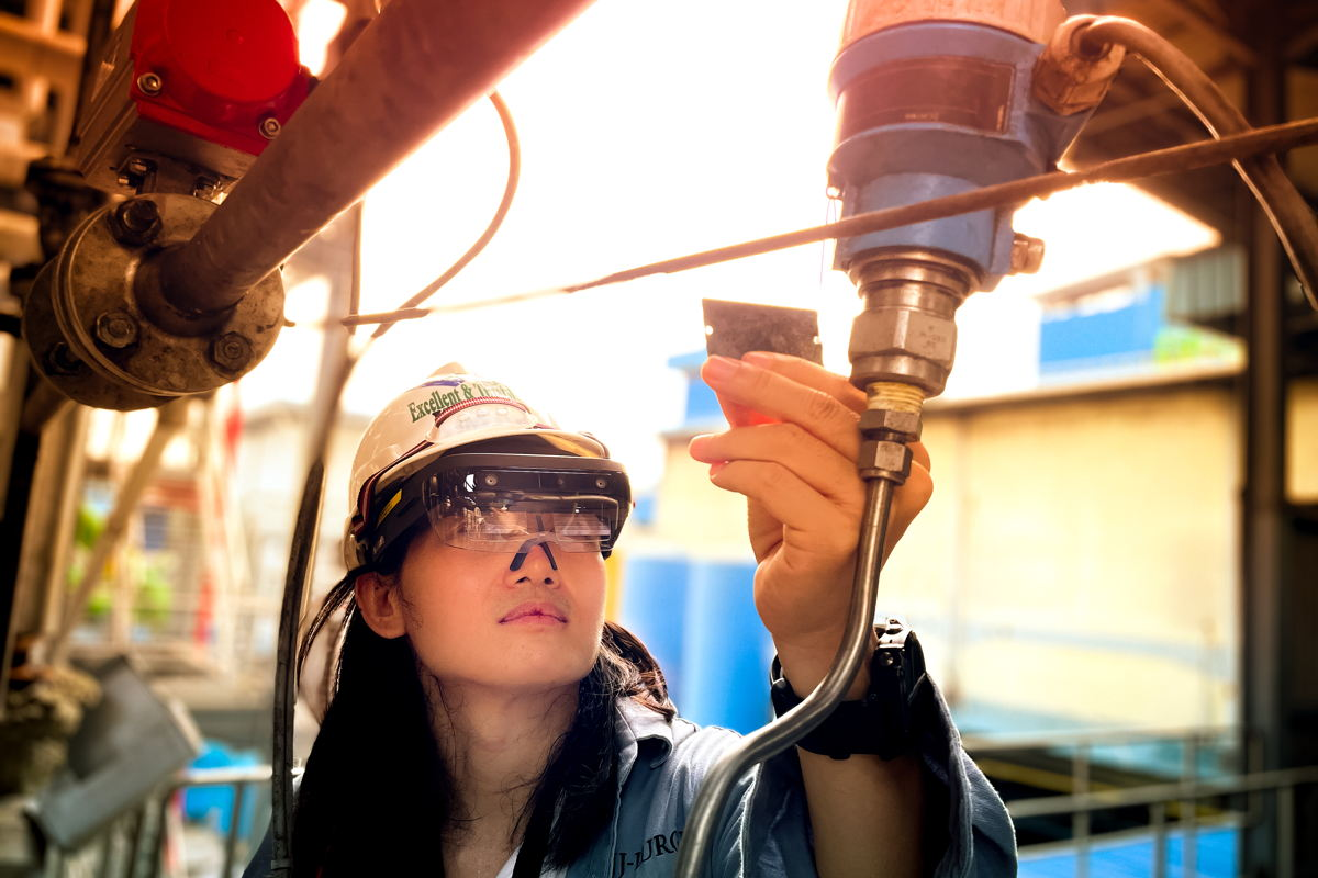Using the ThinkReality A6 head-mounted display, JJ-Lurgi field engineers can now provide local and global clients with real-time support without having to travel on site (Photo: JJ-Lurgi)