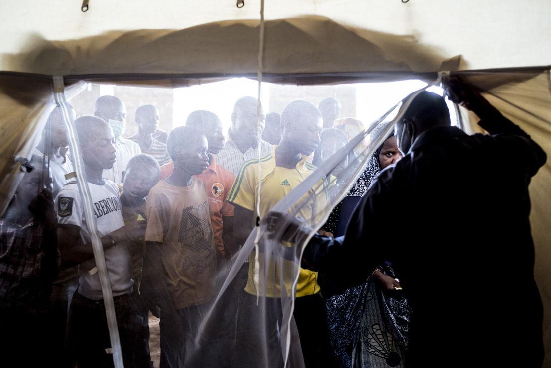 Niamey, Niger. Des patients attendent pour des injections d'antibiotiques devant le poste ambulatoire de Lazaret.  ©Sylvain Cherkaoui/Cosmos pour MSF
