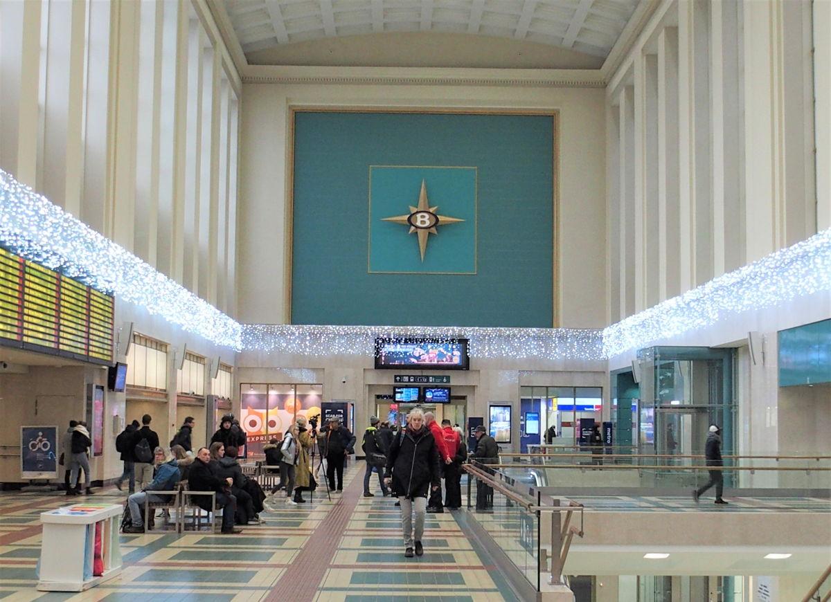 In de volledig gerenoveerde stationshal overheerst licht en vrije ruimte.