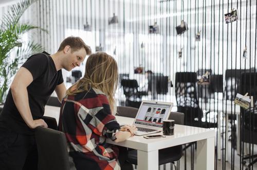 Най-голямата онлайн модна търсачка в Европа GLAMI предлага нов подход в онлайн пазаруването и в България