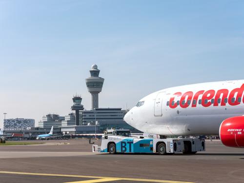 Schiphol test duurzaam taxiën met Corendon-vliegtuig
