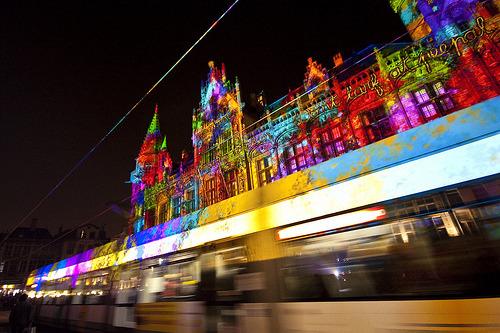 Een pendeltram van De Lijn tijdens het vorige Lichtfestival in Gent.