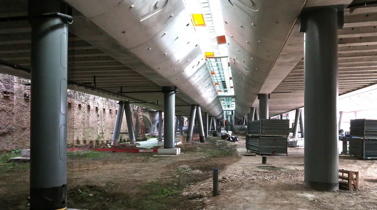 De werfzone aan de kant van de Voskenslaan, waar de eerste werken starten. Van hieruit wordt de ruimte onder de sporen verder vergroot.