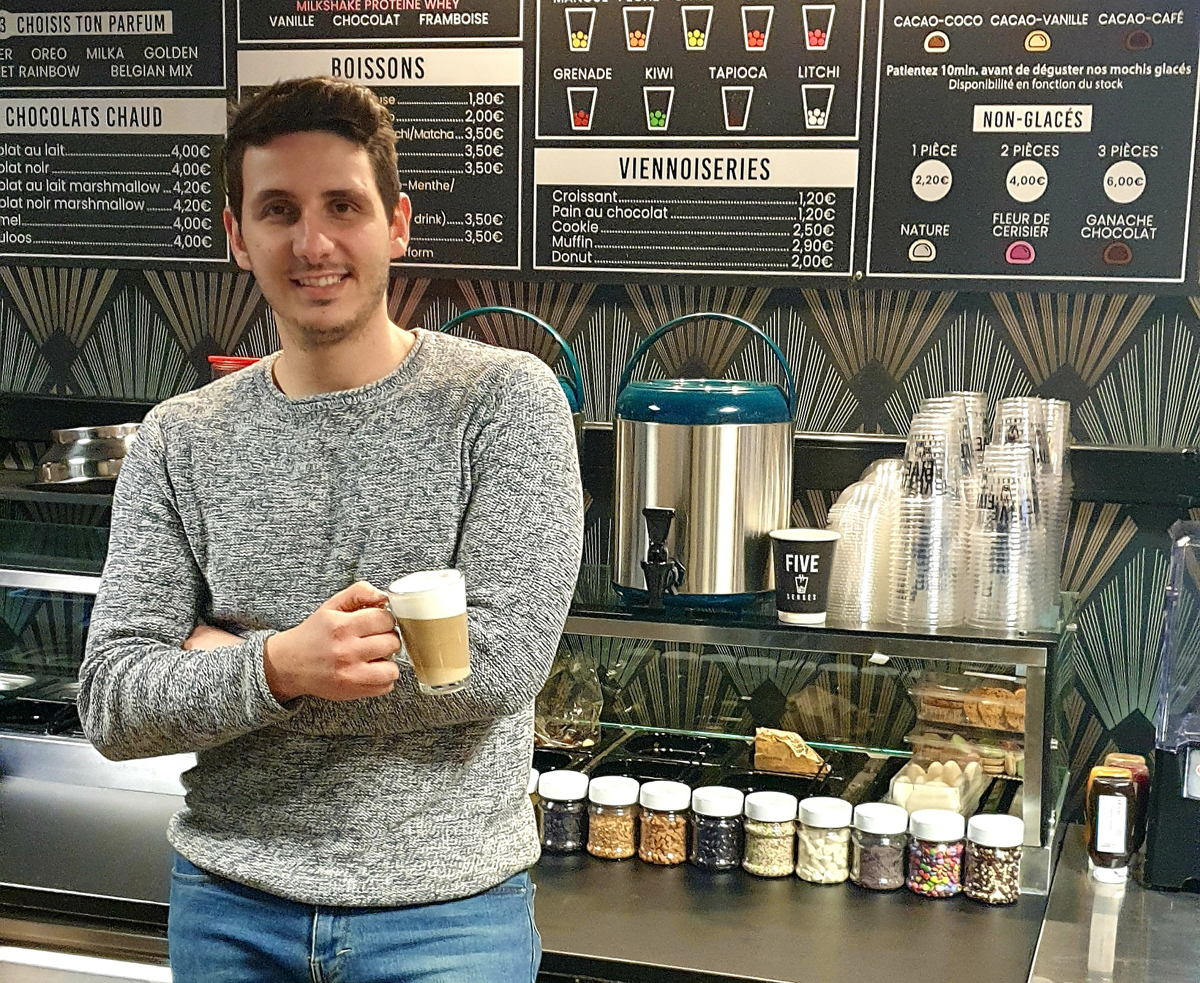 Angelo, gérant du Five Senses Coffee Bar à Mons
