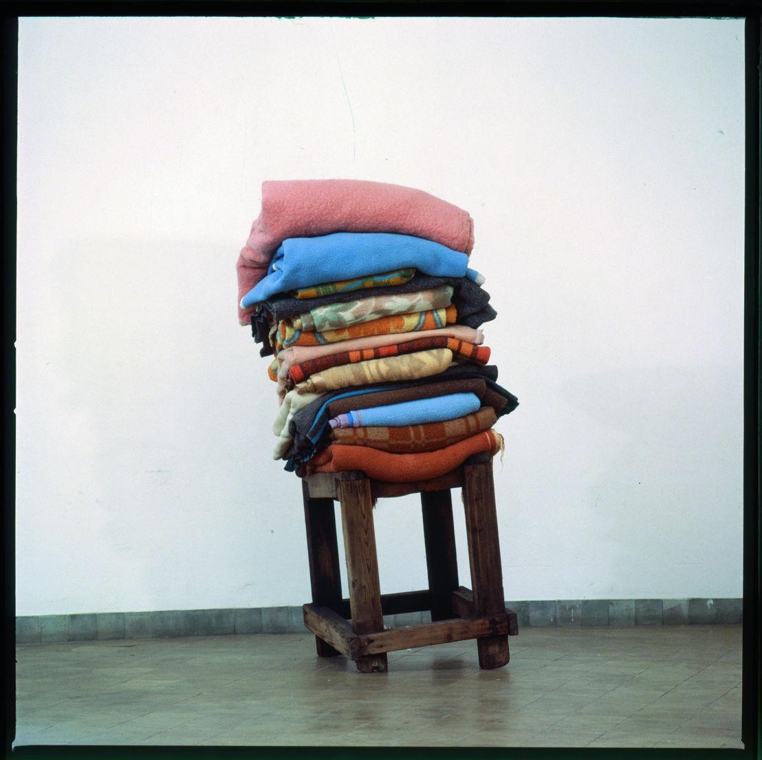 Guy Cassiers/Toneelhuis - Grensgeval - 1>2/06 -  © Berlinde De Bruyckere, Zonder titel, 1992 - H 160 x 60 x 70 cm - dekens, hout © Jan Pauwels