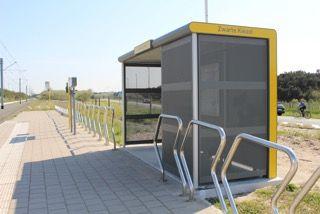 Vandalismebestendig schuilhuisje met geperforeerde stalen wanden in De Haan. (Foto: De Lijn)