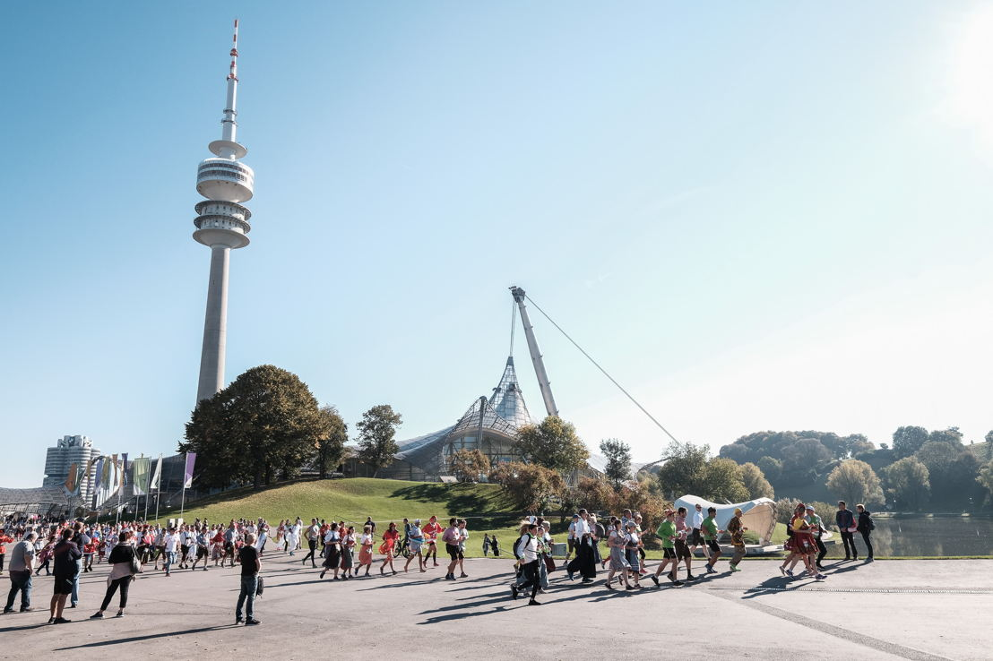 Der Olympiapark präsentiert sich in sonnigem Herbstwetter