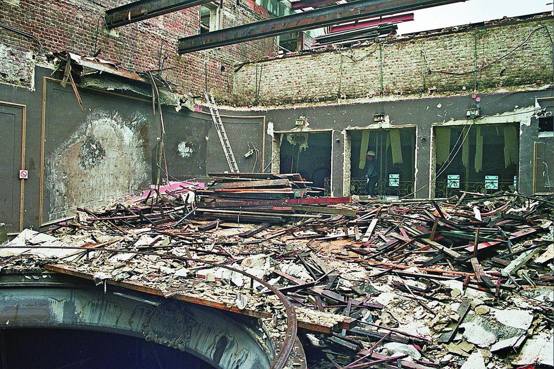De oude zolder wordt afgebroken voor de bouw van de Zilveren Zaal. Puin<br/>op het balkon van de oude zaal, 2002. Foto Jan Kempenaers