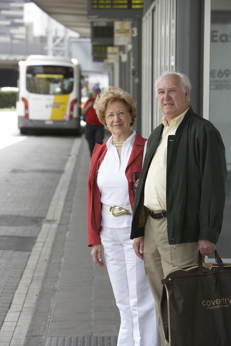 2 senioren wachten op de bus (foto: Stefaan Van Hul)