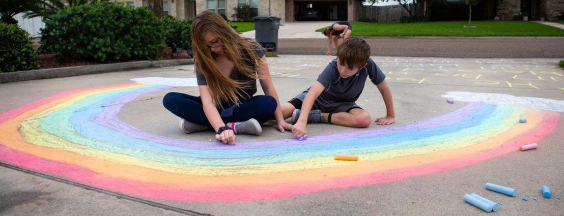 Steun de aankondiging van de digitale Belgian Pride: kleur je stoep in de regenboogkleuren!