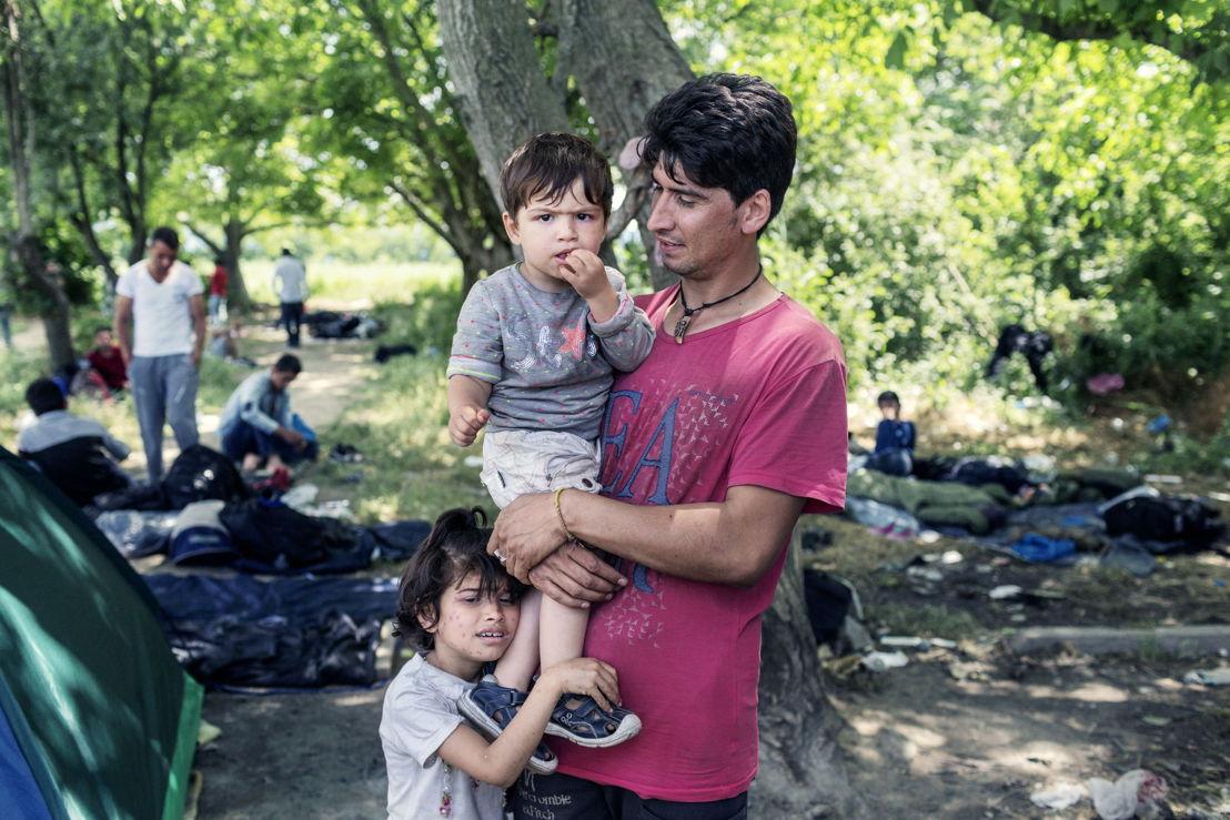 Idomeni. Grèce. Arash, un jeune homme de 24 ans de Kaboul, avec son fils d'un an et sa fille de 4 ans. « Je suis ici parce que je cherche un endroit sûr pour mes enfants », explique-t-il.
