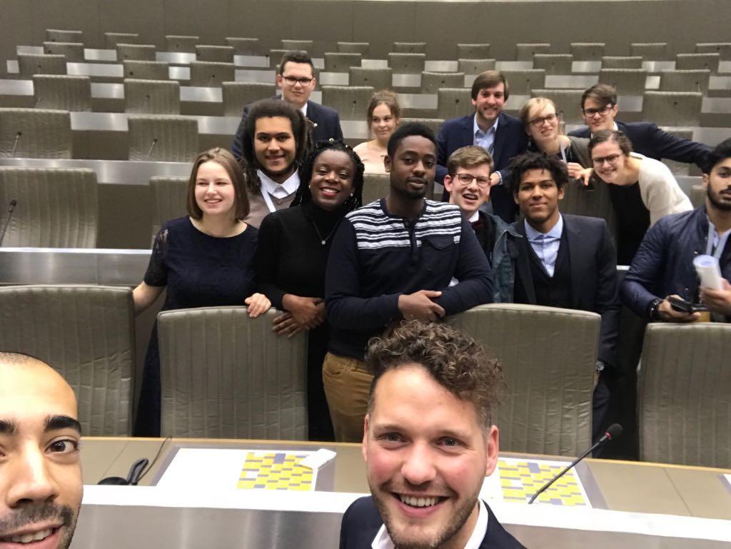 Nationaal voorzitter Sammy Mahdi en Vlaams Parlementslid Orry Van de Wauwer kwamen de tsjevenfractie een bezoekje brengen.