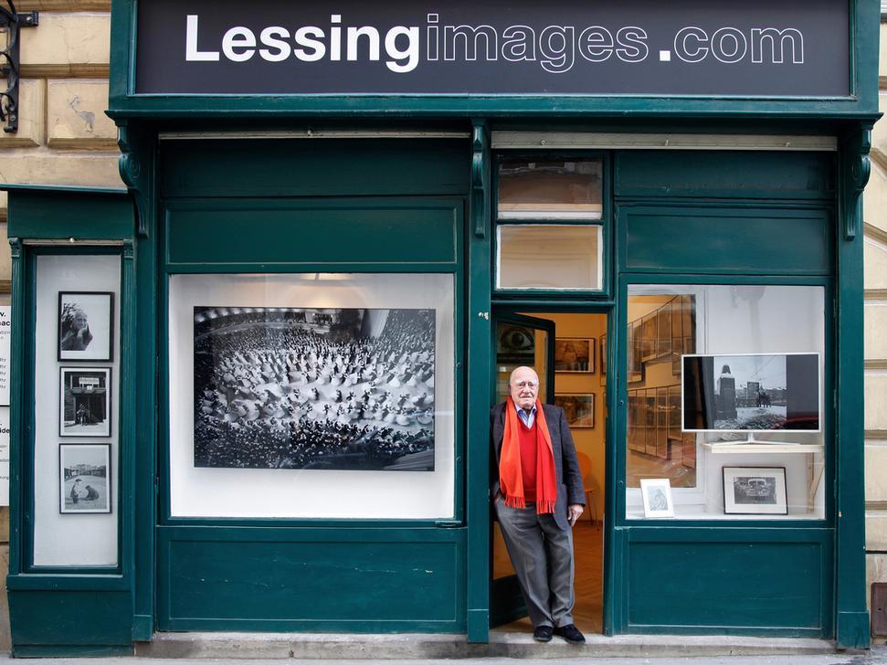 Un des monstres sacrés de la photographie : Erich Lessing devant sa galerie à Vienne. Photo © Philipp Rank / philipprank. com