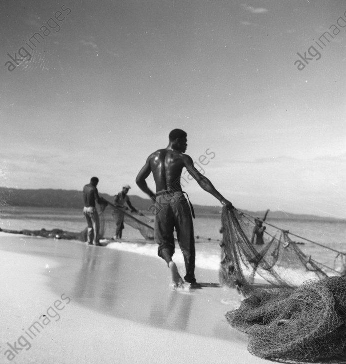 Jamaica: Fishermen on the beach. Photo 1948 (Toni Frissell)<br/>AKG268910