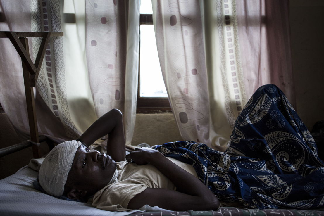 Myime Richards (32), recovers in a hospital room on 2 March 2018 in Bunia. He lost his wife, three of his four children and suffered servere lacerations to his head and neck after an attack on his village. ©John Wessels/MSF