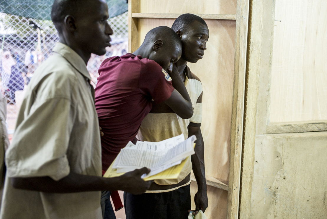 Niamey, Niger. Medische centrum van Lazaret. Dokters van AZG doen een eerste screening van patiënten ©Sylvain Cherkaoui/Cosmos