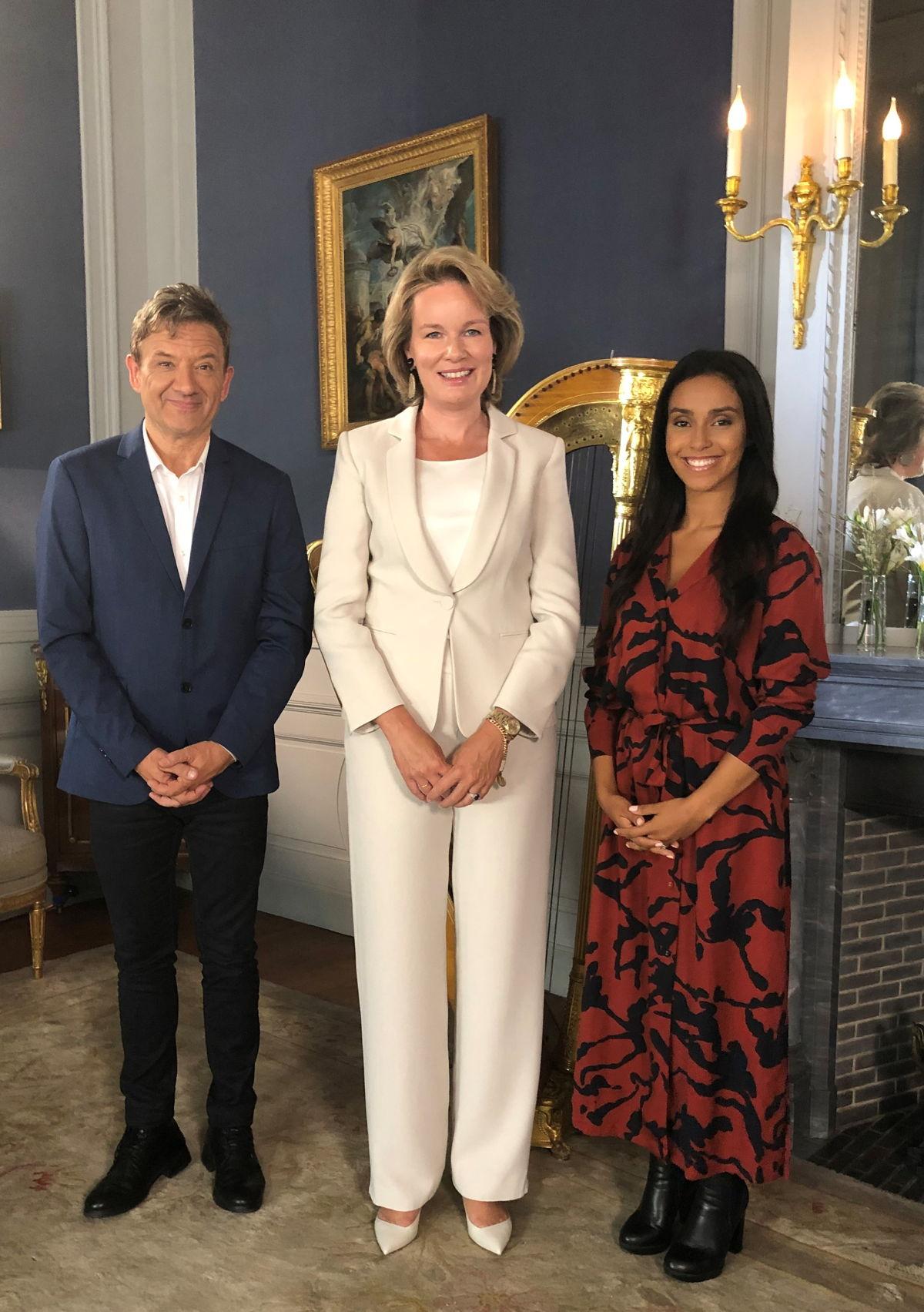 Vlnr. Bart Peeters, Hare Majesteit en Nora Gharib (c) VRT