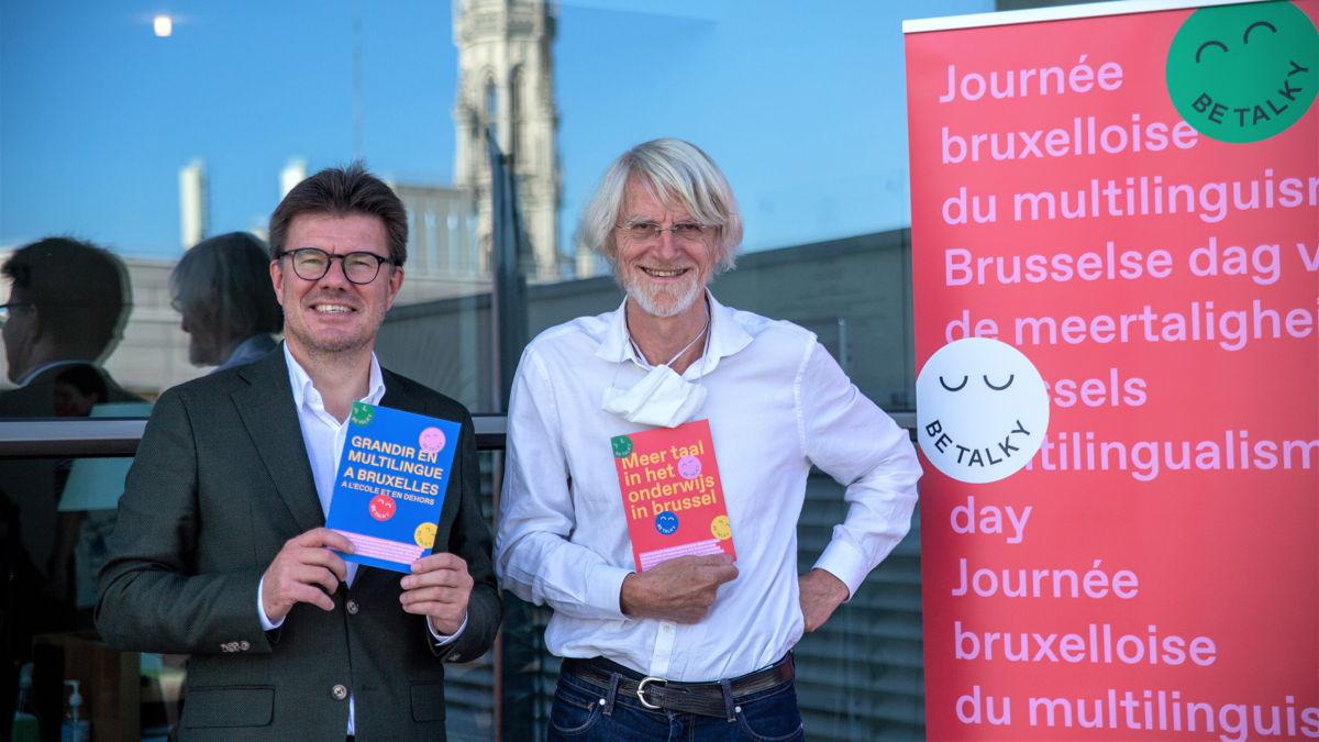 Sven Gatz & Philippe Van Parijs avec la brochure bilingue