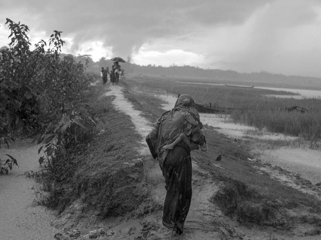 진흙탕이 된 길을 따라 아이를 안고 방글라데시로 탈출하고 있는 한 로힝야 여성. Moises Saman/매그넘포토/국경없는의사회