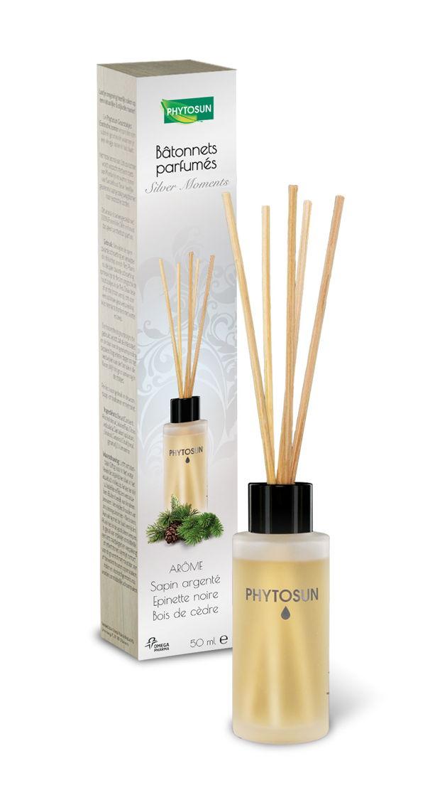 Bâtonnets parfumés Phytosun 'Silver Moments' pour parfumer votre intérieur de façon subtile : le parfum doux et boisé du pin Sylvestre renforcé avec une note épicée de bois de cèdre et une touche fruitée d'épinette noire. Prix de vente recommandé : € 14,95