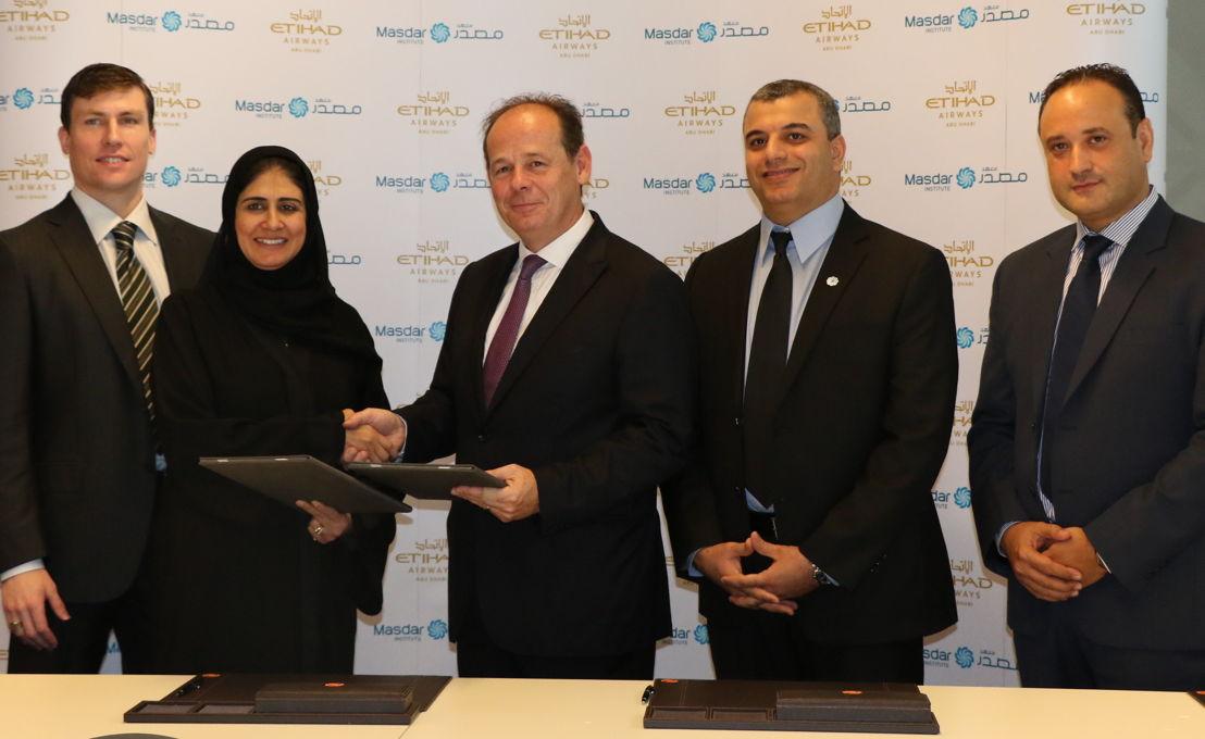 Dr. Behjat Al Yousuf et Chris Youlten après signature de l'accord. Aussi présents sur la photo : Dr. Steve Griffiths, Vice-President for Research, Dr. Marouane Temimi et Dr. Hosni Ghedira.