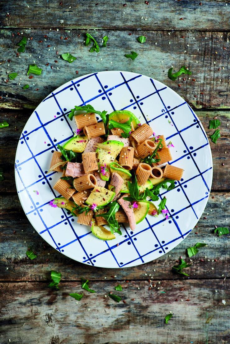 Mezzi rigatoni, con sugo di tonno, zucchine e rucola