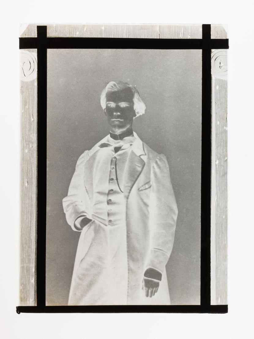 De glasplaat, negatief van de foto van Verlaine (privéverzameling)
