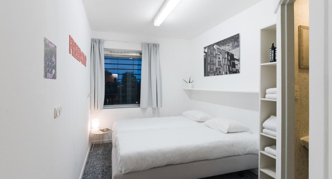 Opening tijdelijk hotel in de Bijlmerbajes