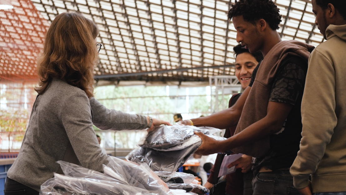 Beim Einkleidungstermin holten sich die Teilnehmer ihre Laufoutfits ab.