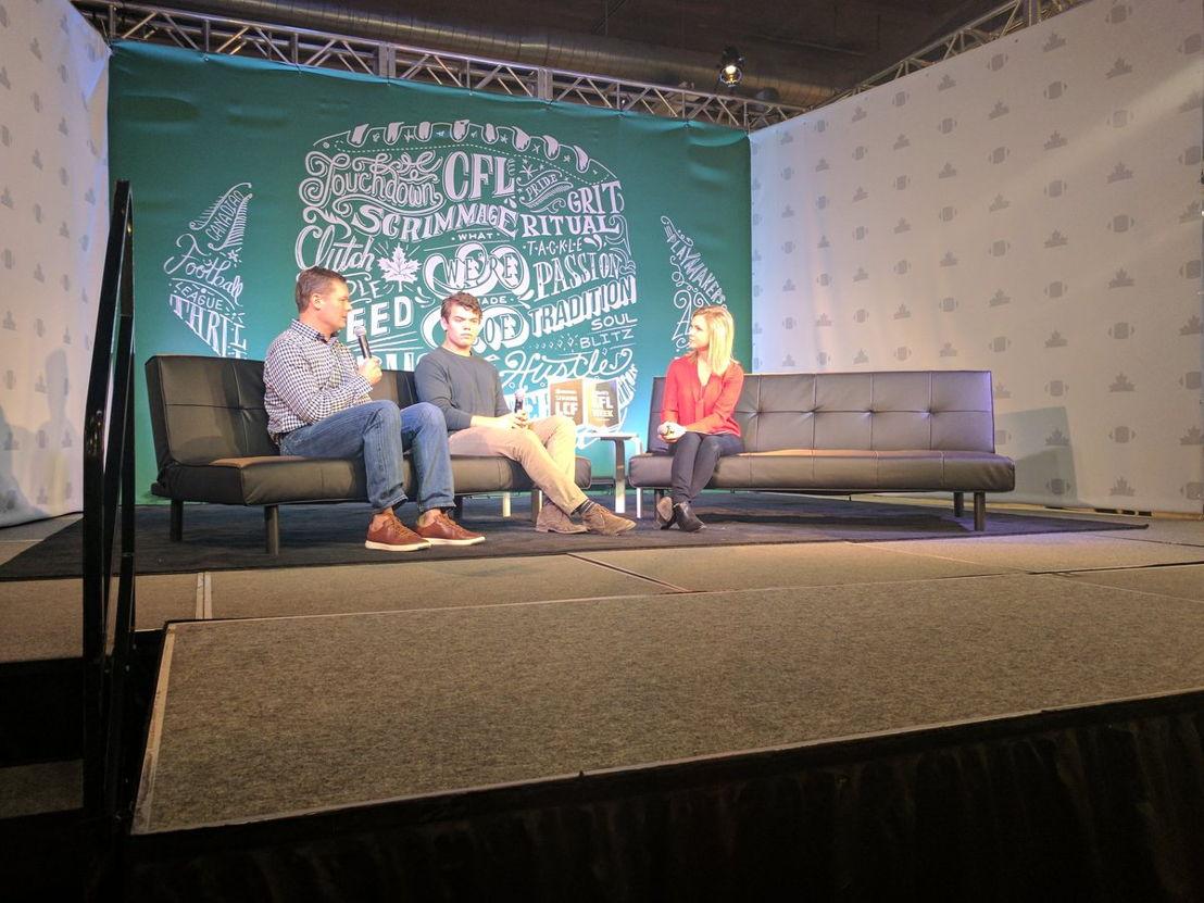 Dean et Noah Picton discutent avec Jill Morgan de CBC Saskatchewan dans le cadre de la Semaine de la LCF L'Équipeur. Crédit : LCF