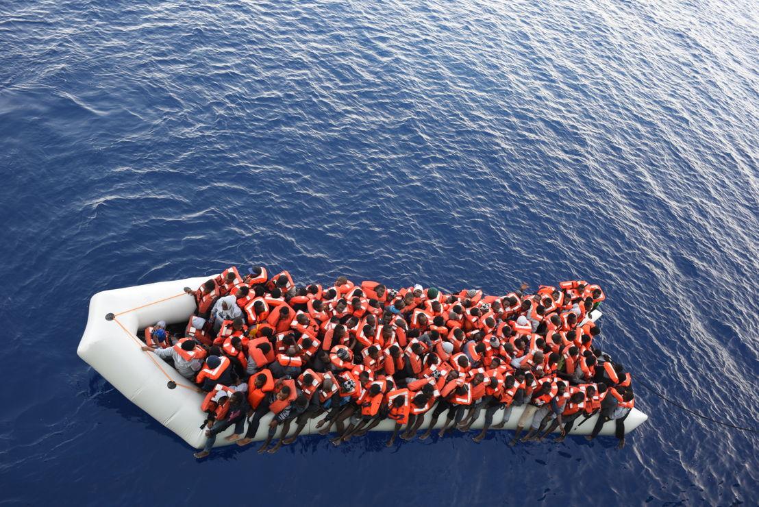 8 juin 2016. Trois bateaux transportant 150 personnes chacun sont secourus en Méditerranée par le Bourbon Argos. Ces personnes seront emmenées jusqu'en Sicile, en Italie. © Sara Creta