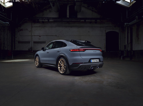 New sporting hero from Porsche: the Cayenne Turbo GT