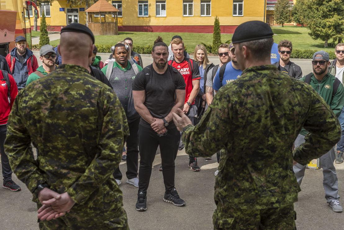 Des joueurs de la LCF rencontrent des militaires déployés dans le cadre de l'opération UNIFIER à Starychi, en Ukraine. Photo : CplC Mathieu Gaudreault, Caméra de combat des Forces canadiennes
