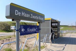 Vandalismebestendig schuilhuisje met geperforeerde stalen wanden aan de halte Zwarte Kiezel in De Haan. (Foto: De Lijn)