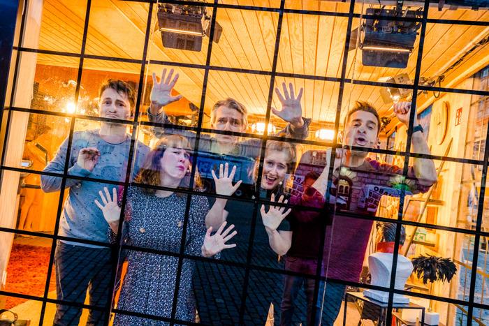 Sam, Inge, Wim, Maarten en Dorothee zijn opgesloten in de Q-Escape Room