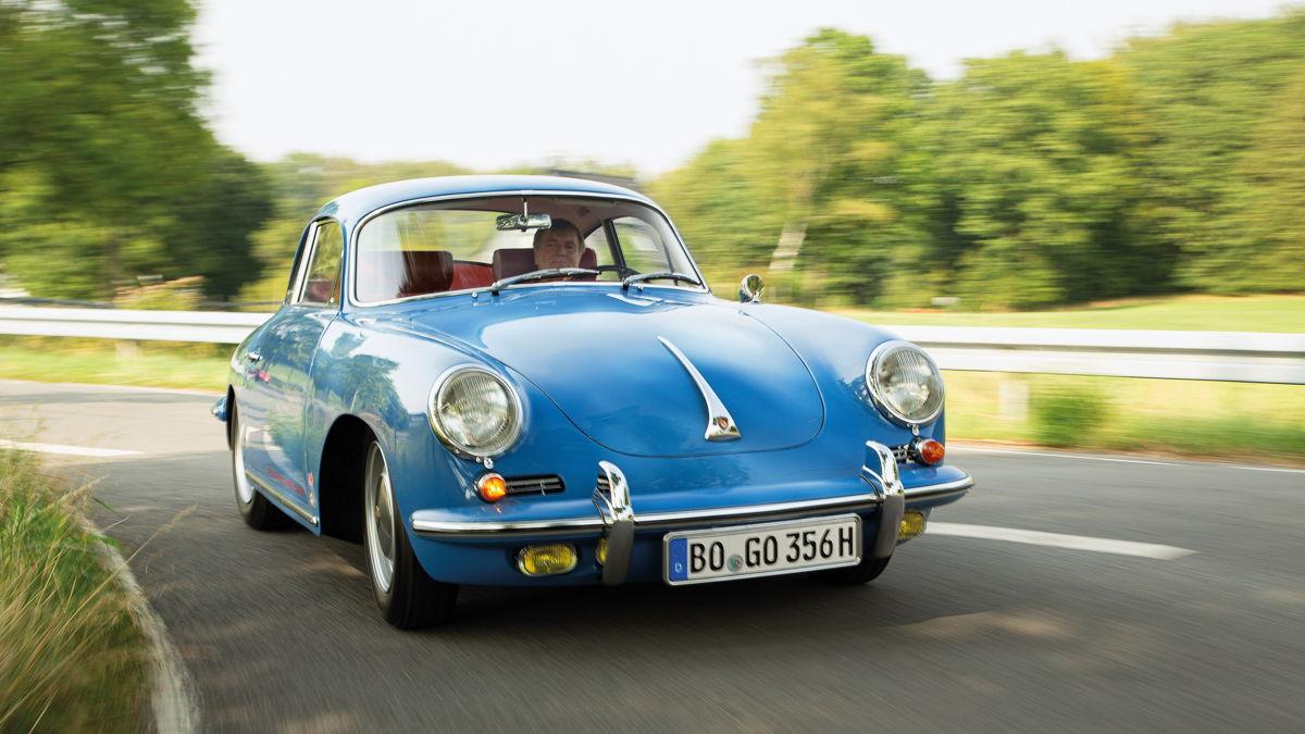 Todos los elementos de la carrocería, incluido el tirador del capó con el emblema Porsche, son las piezas originales, pero se les dio un nuevo acabado cromado, como a los marcos de las ventanas. Los faros antiniebla amarillos de Hella son raros y muy apreciados.