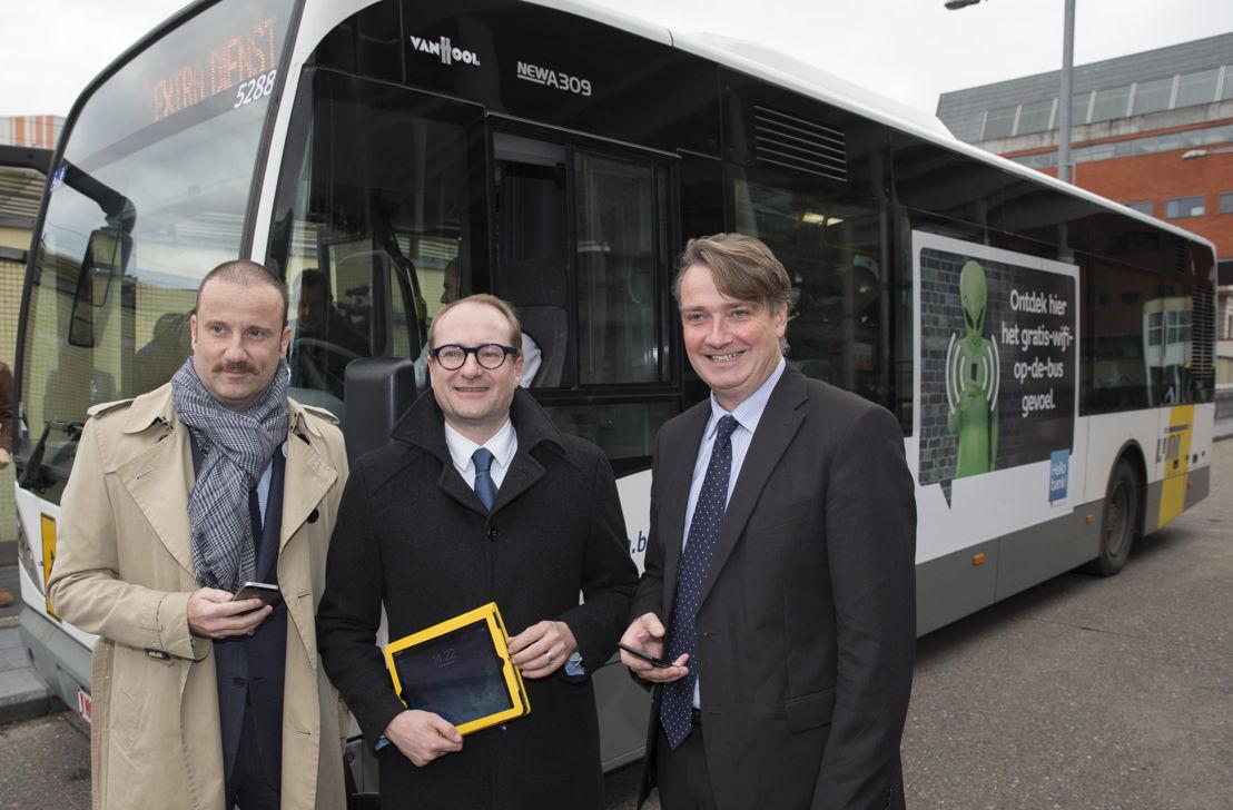 De Lijn lanceert 35 wifibussen in Leuven, Turnhout, Hasselt en Genk.<br/>Op de foto (vlnr): Michael Anseeuw (directeur Hello Bank!, dat de gratis wifi aanbiedt), Ben Weyts (Vlaams minister van Mobiliteit) en Johan Van Looy (directeur De Lijn Vlaams-Brabant) bij de voorstelling van de wifibussen in Leuven.
