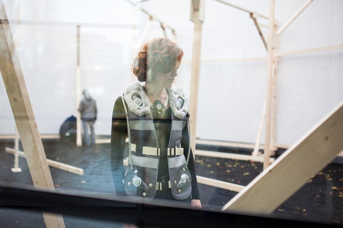 Sissel Marie Tonn met vest aan tijdens opbouw installatie (Foto: Marcel de Buck)