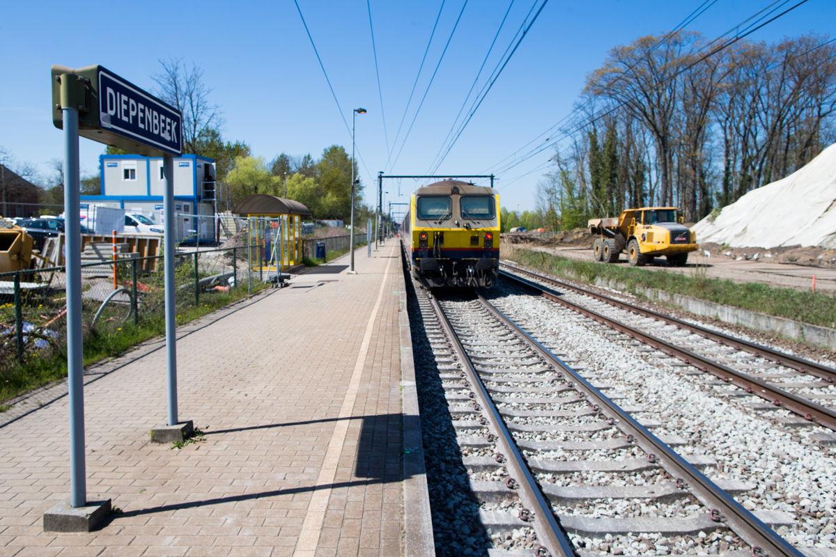 In het station van Diepenbeek gaan de werken aan de perrons de komende maanden van start. De nieuwe onderdoorgang is al in aanbouw. © NMBS